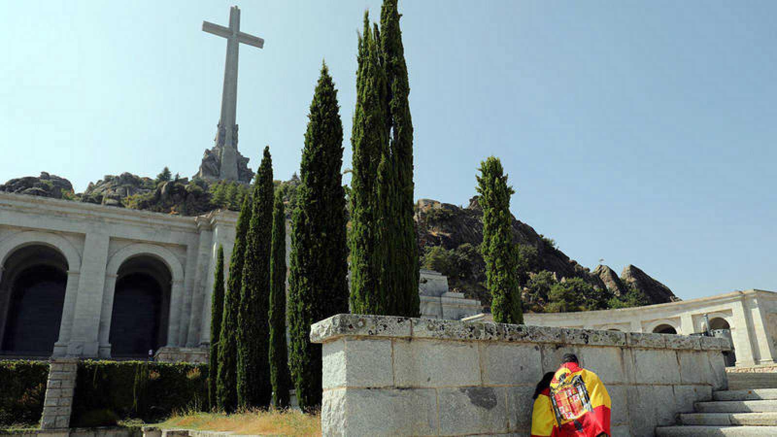 Un hombre con la bandera preconstitucional en el Valle de los Caídos