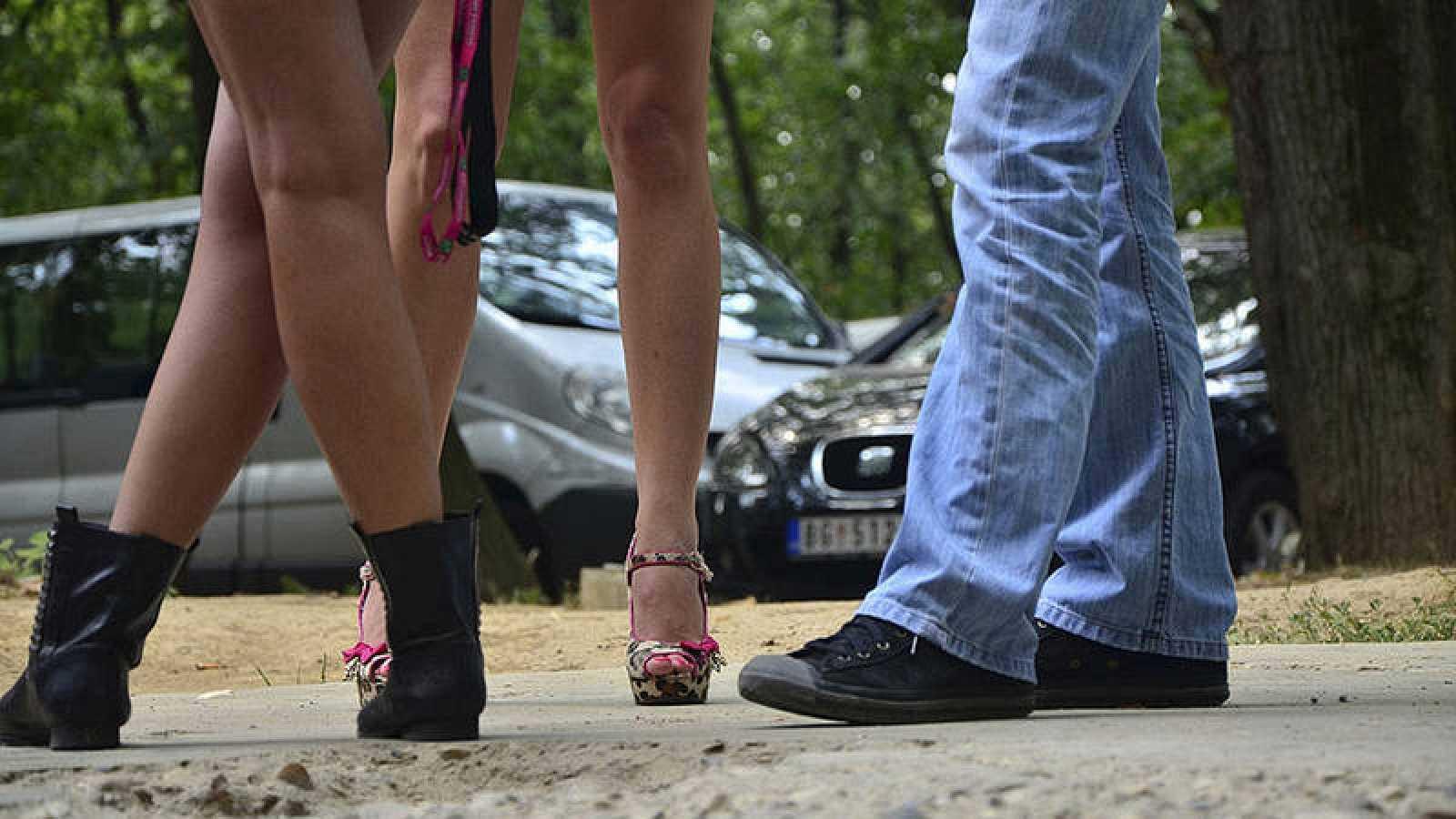 Un cliente habla con dos prostitutas en la calle. THINKSTOCK