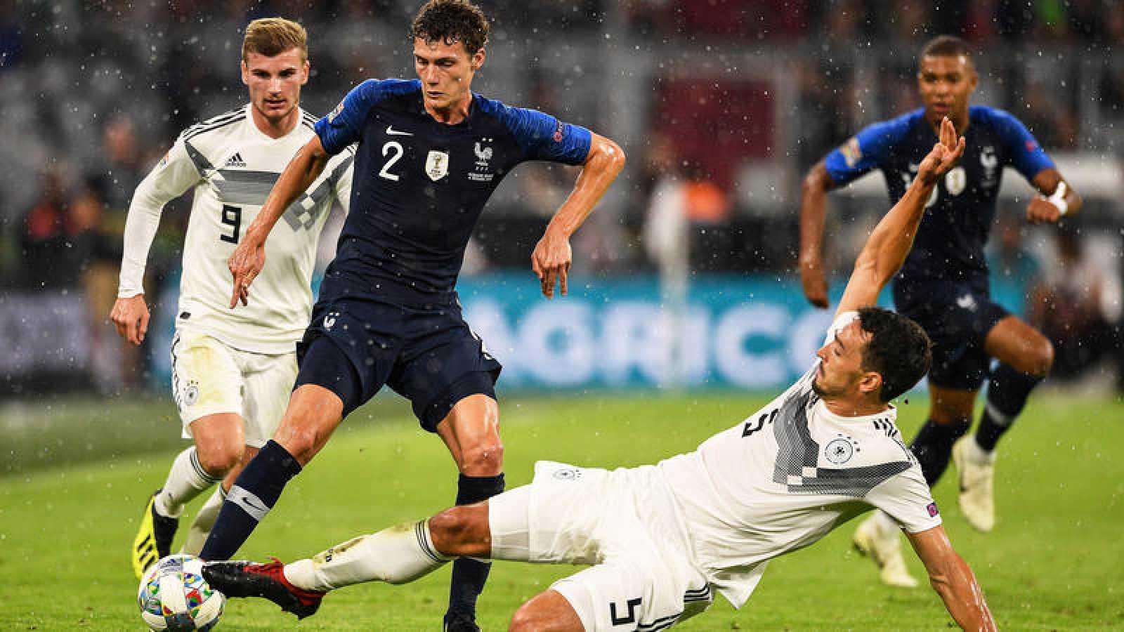 El alemán Mats Hummels intenta arrebatar el balón al francés Benjamin Pavard.