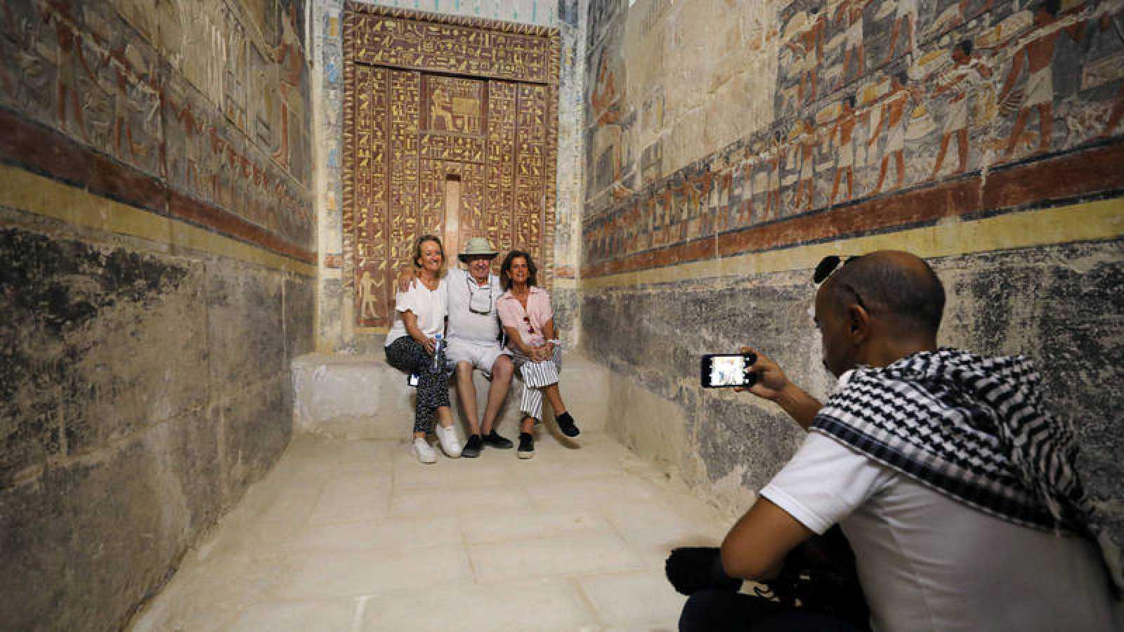 Unos turistas posan para una fotografía en el interior de la tumba de Mehu, en Saqara