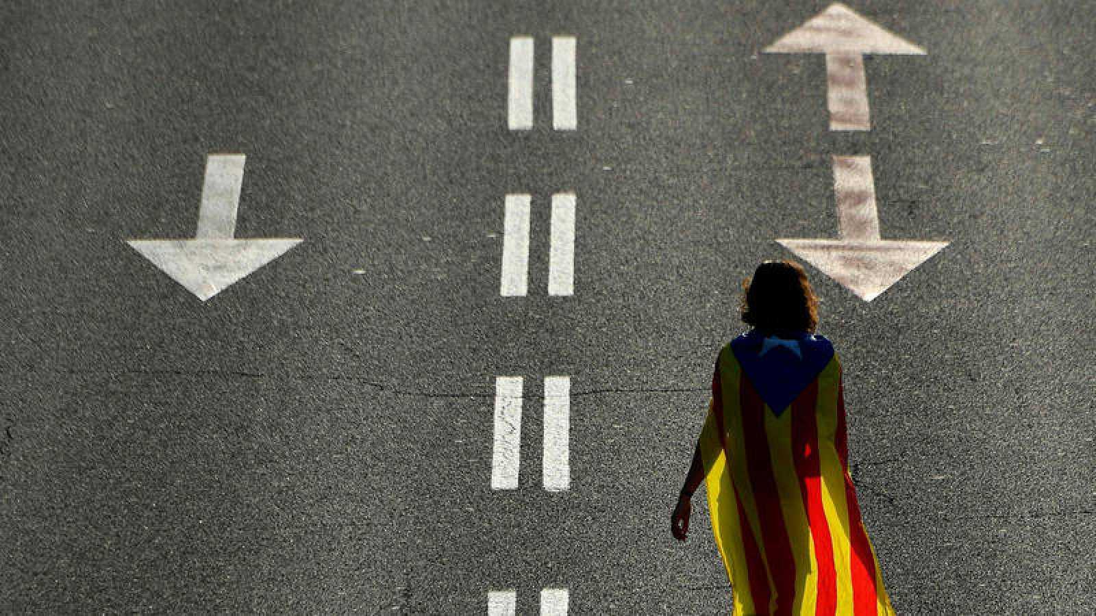Una mujer camina por una avenida de Barcelona con motivo de la manifestación de la Diada de 2018