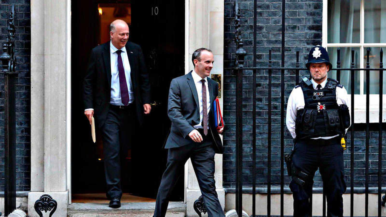El ministro britanico para el 'Brexit', Dominic Raab, abandona el 10 de Downing Street tras la reunión extraordinaria del Gobierno de Theresa May