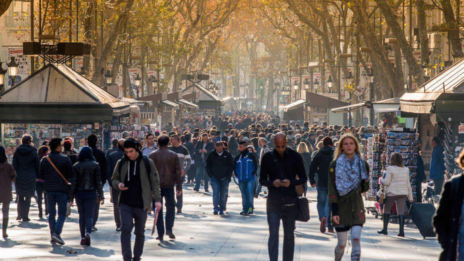 Gente caminando por la Rambla de Barcelona.