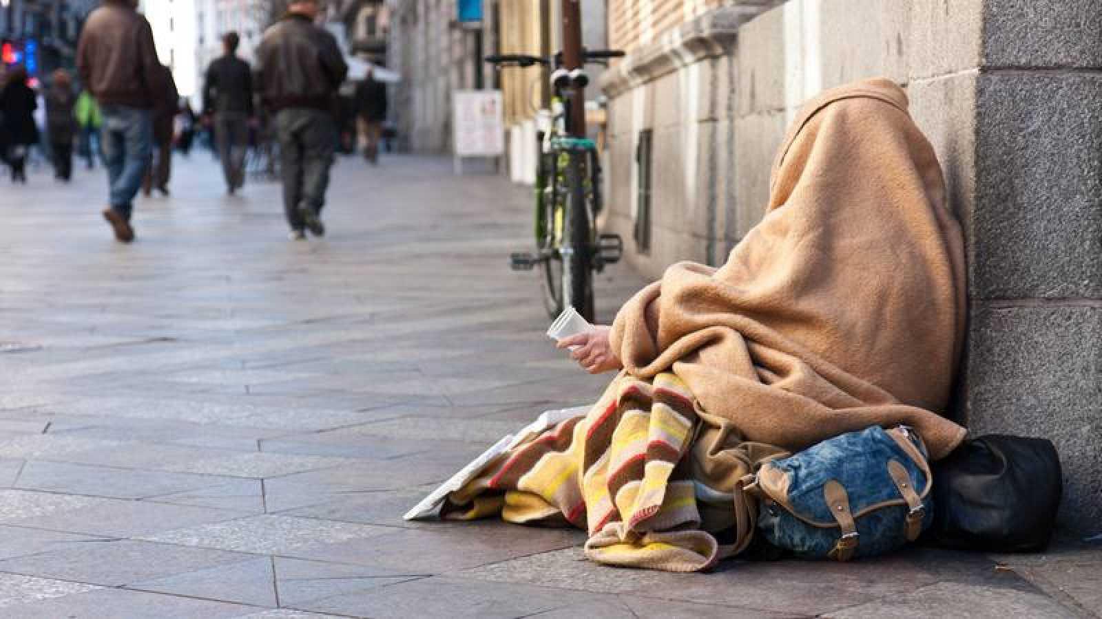 En la foto, un 'sin techo' en una calle en Madrid.