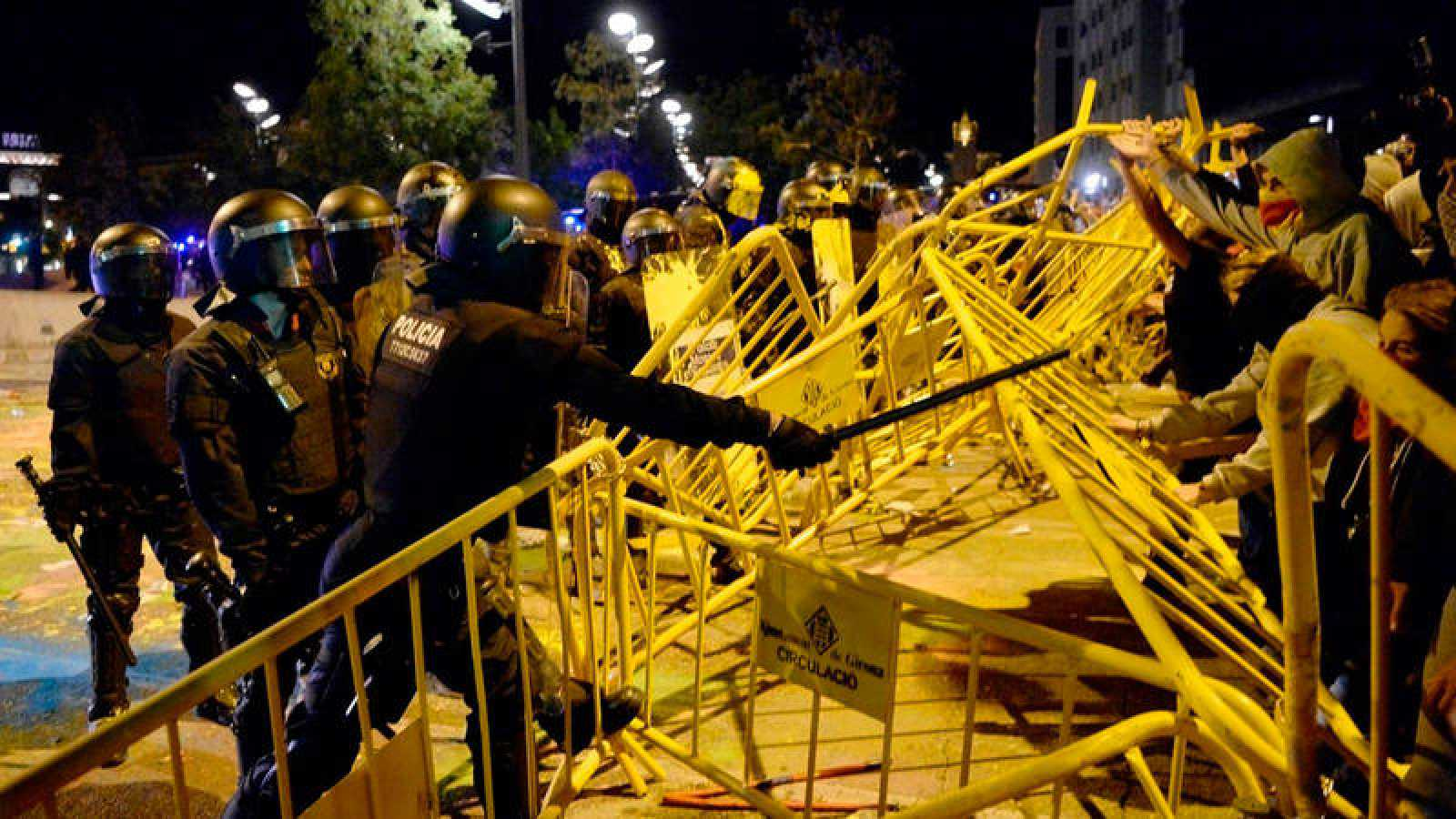 Los Mossos protegen el Parlament después de que los manifestantes rompieran el cordón policial