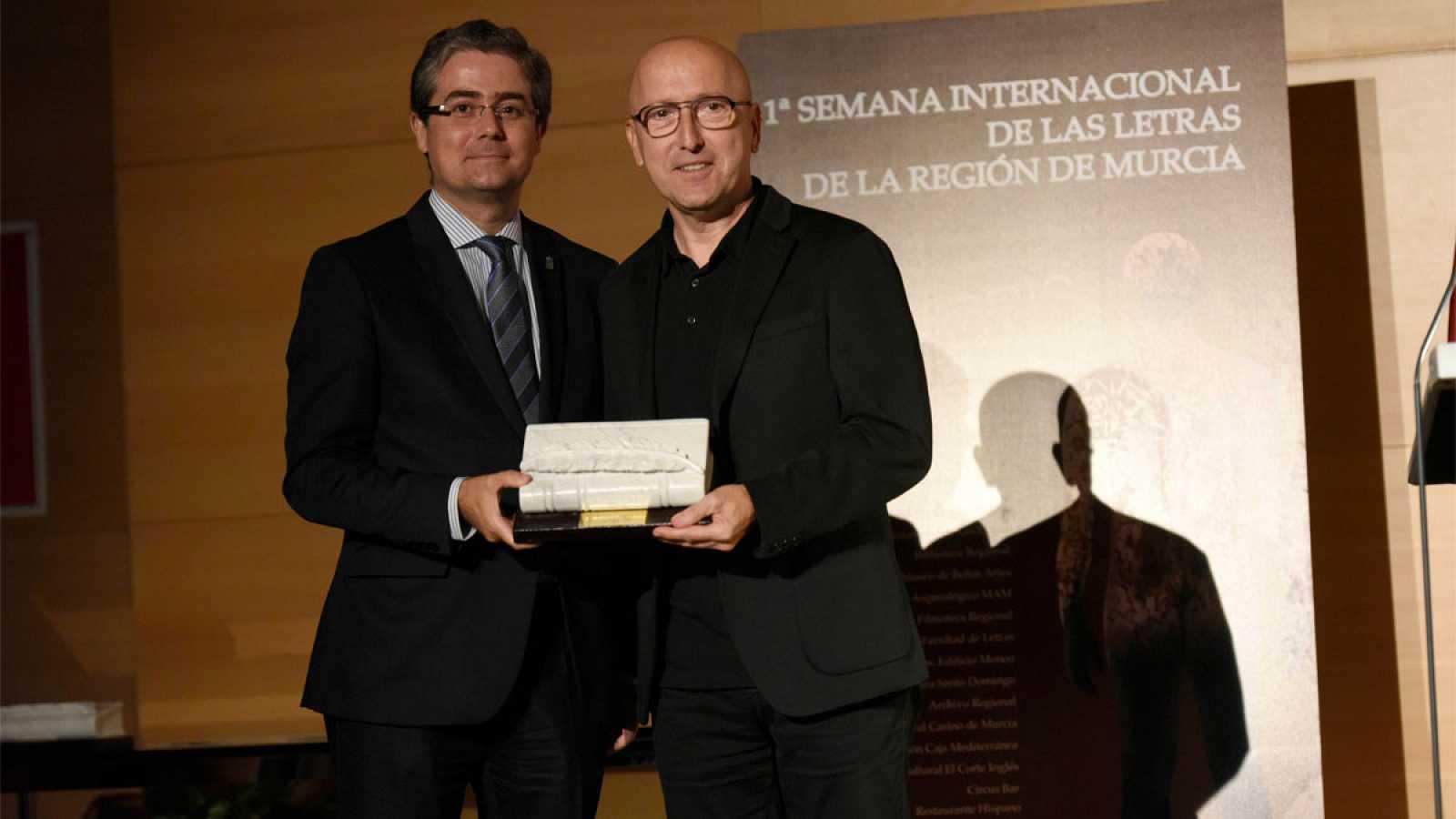 Óscar López recoge su premio en la primera Semana Internacional de las Letras de la Región de Murcia
