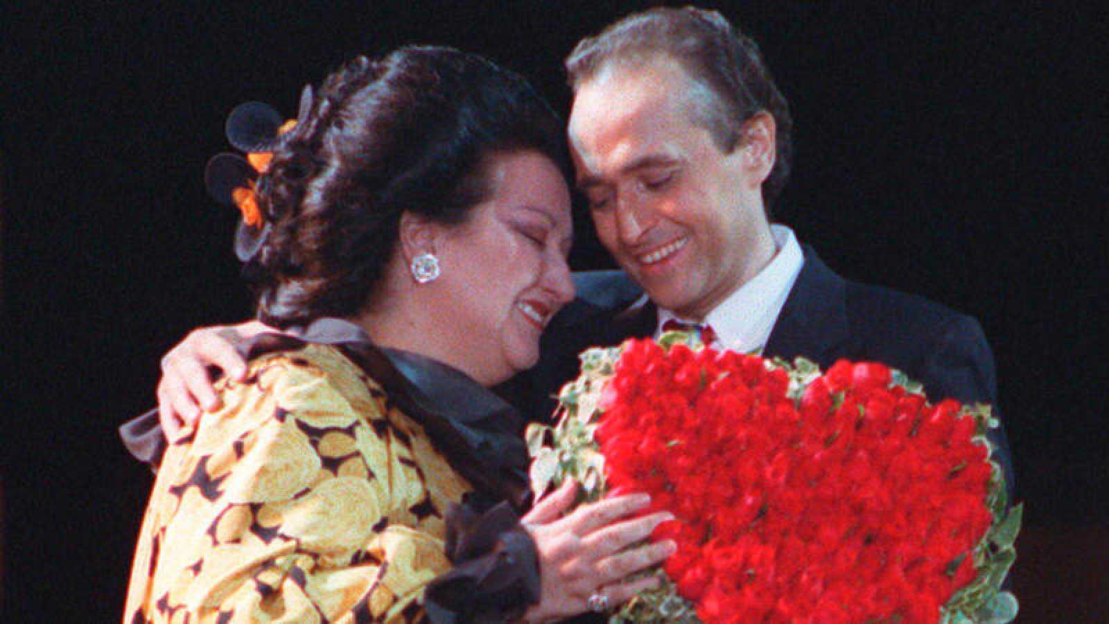 Josep Carreras recibe emocionado un centro de flores en forma de corazón de manos de la cantante Montserrat Caballé el 21 de julio de 1988