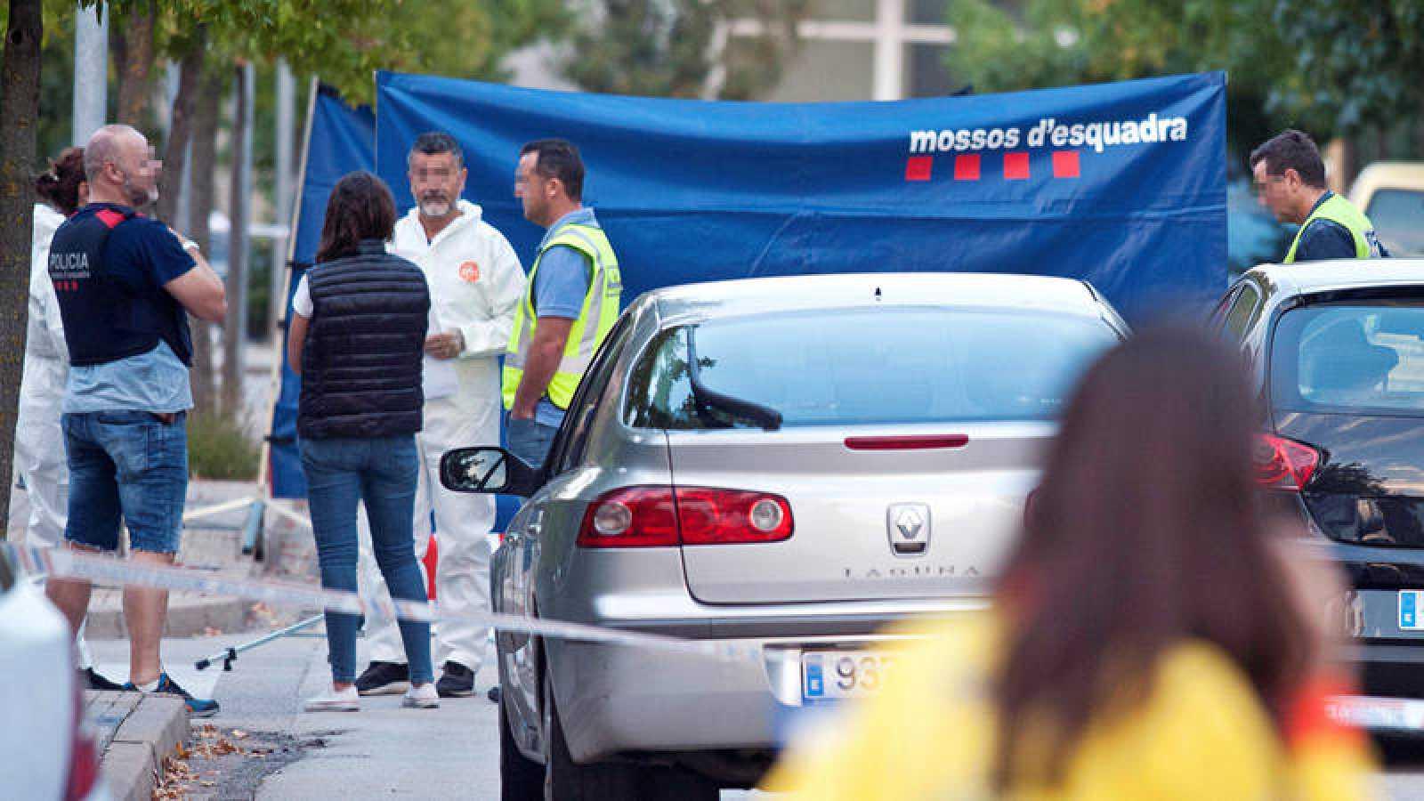 Mossos d'Esquadra en Sant Joan Les Fonts donde un hombre ha asesinado a su esposa