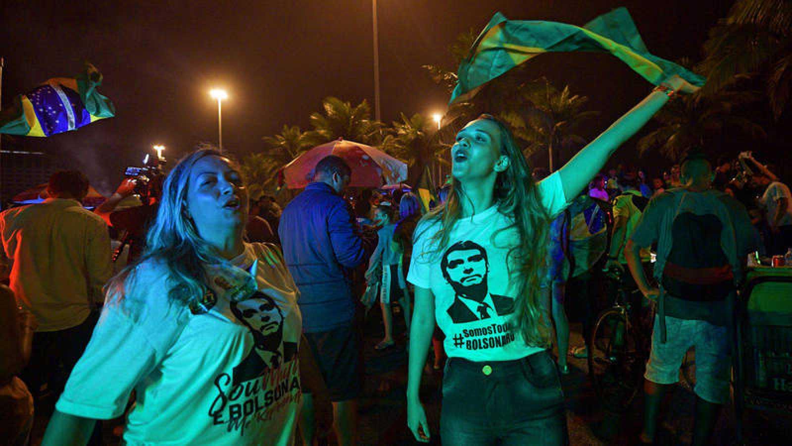 Dos mujeres celebran el triunfo de Bolsonaro en Río de Janeiro