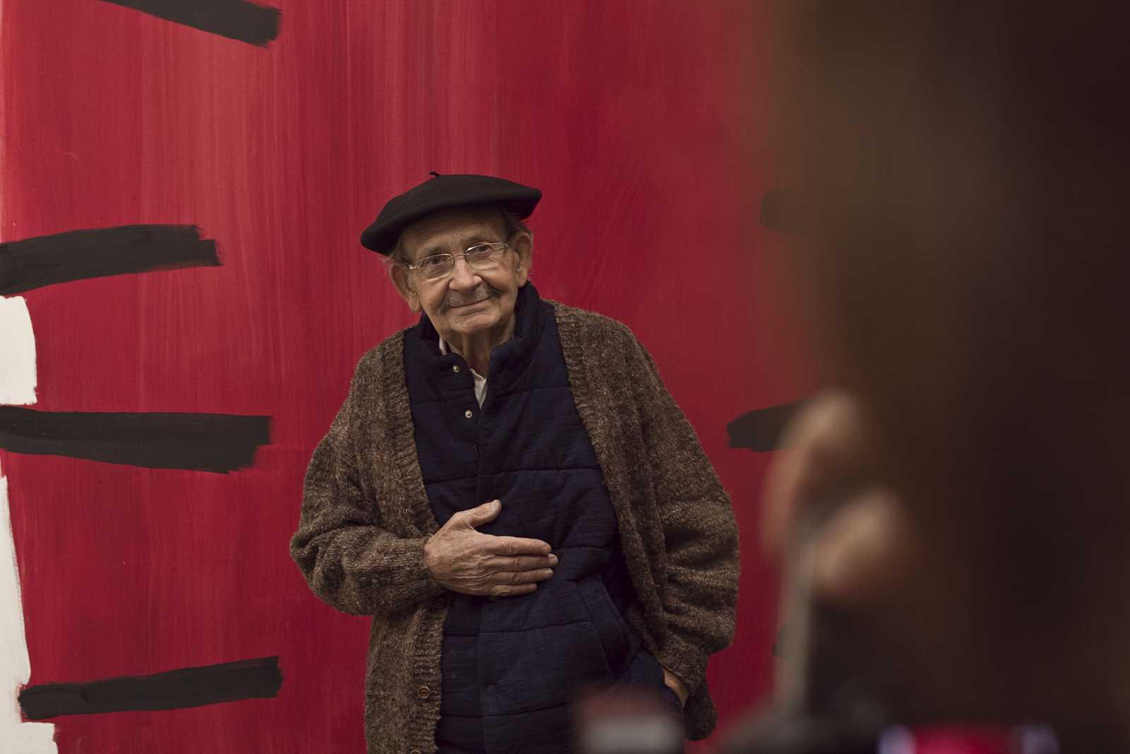 Ibarrola posando para la foto de la portada del cartel del documental