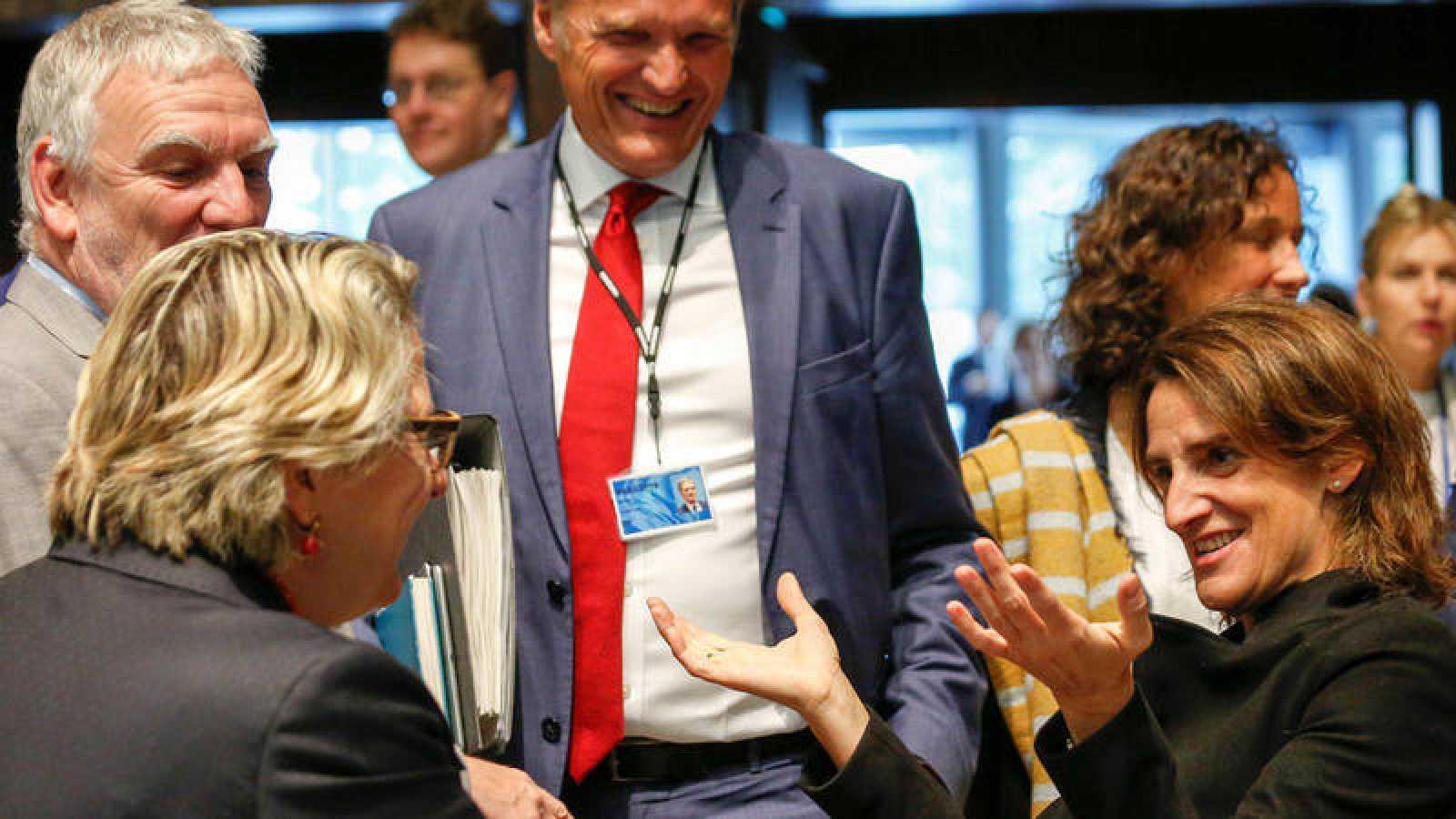La ministra española para la Transición Ecológica, Teresa Ribera (d) conversa con su homólogo alemán, Jochen Flasbarth (i), antes del Consejo de titulares de Medioambiente.