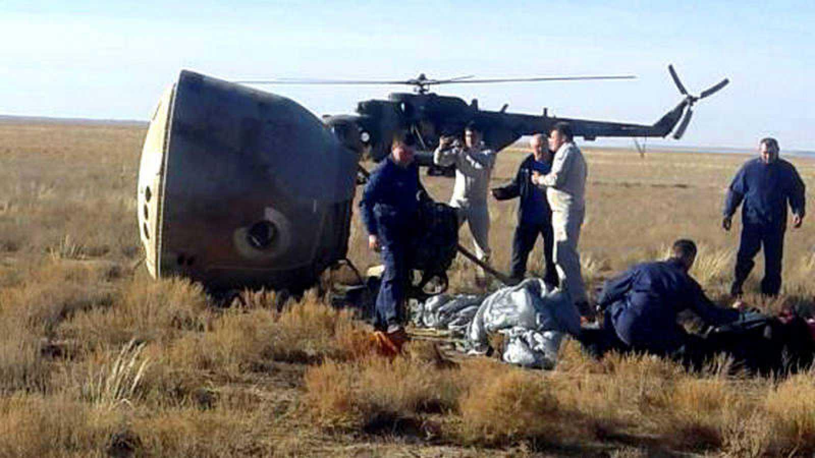 Momento en el que los tripulantes Alexéi Ovchinin y Nick Hague son rescatados de la llanura kazaja.