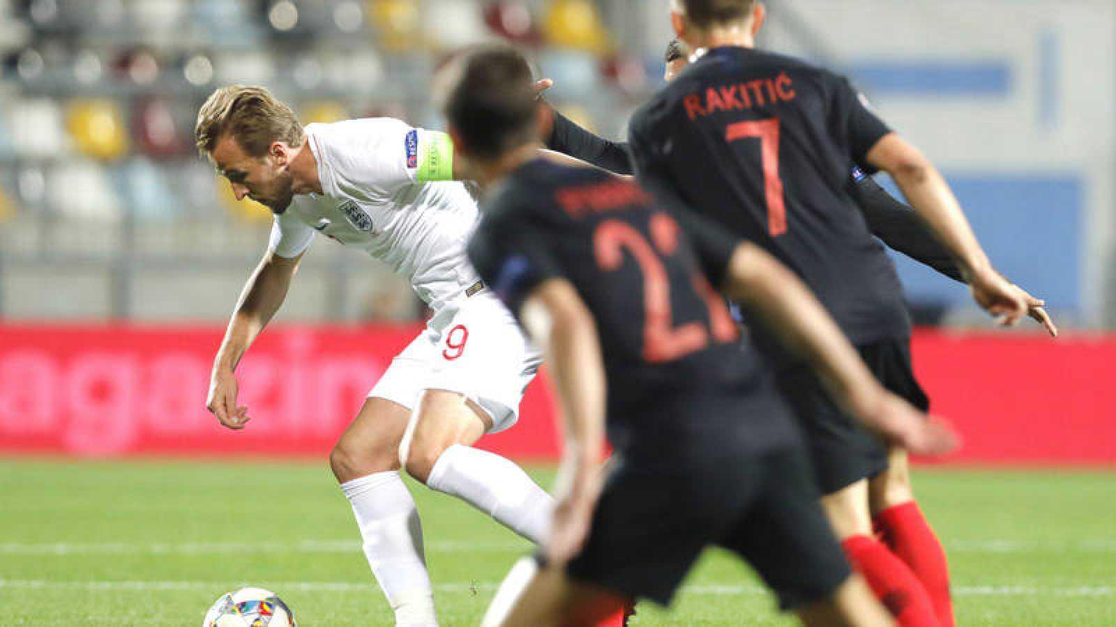 Harry Kane, en segundo plano, en acción durante el partido frente a Croacia.