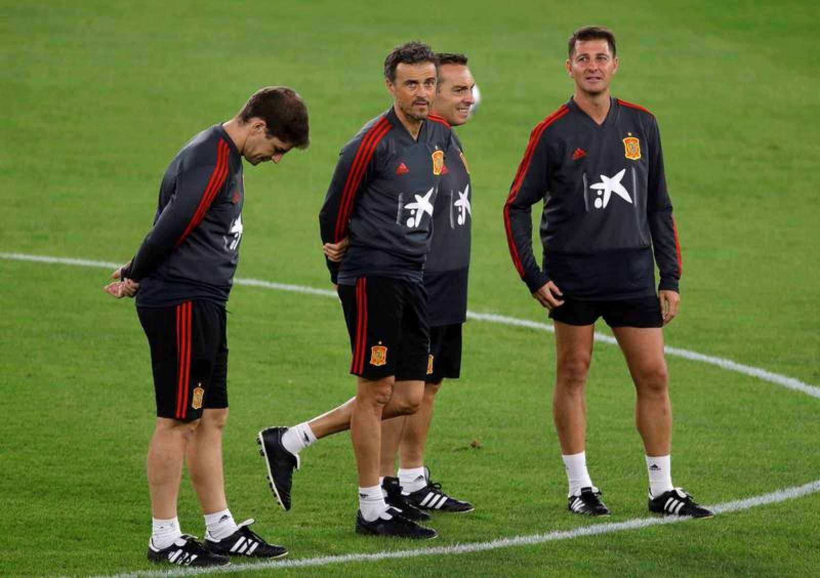 El entrenador de la selección española, Luis Enrique, y varios miembros del cuerpo técnico durante el entrenamiento.