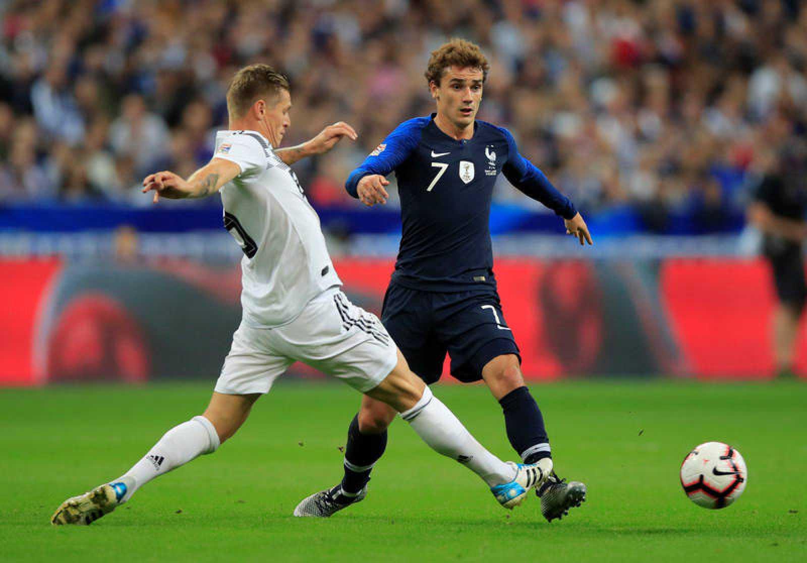 Toni Kroos (i) intenta quitar el balón a Antoine Griezmann