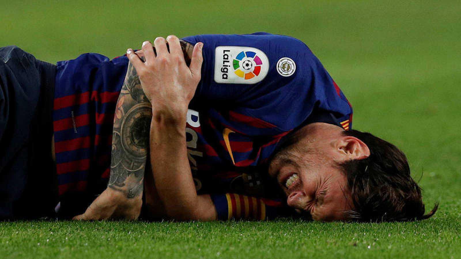 Messi se duele del brazo al lesionarse en el partido contra el Sevilla.