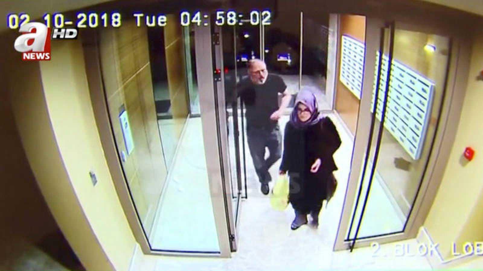 Jamal Khashoggi y su prometida Hatice Cengiz, camino del consulado saudí en Estambul el pasado 2 de octubre