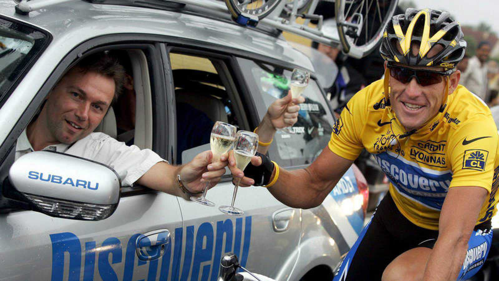Johan Bruyneel (i) celebra con Lance Armstrong (d) uno de sus siete Tours en imagen de archivo.