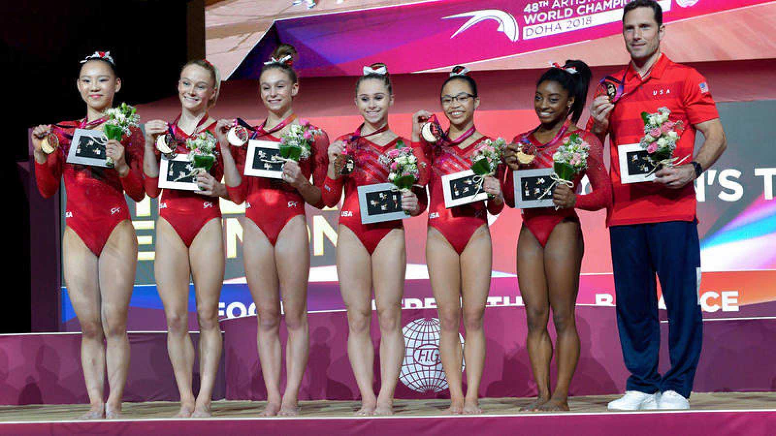 Las gimnastas estadounidenses celebran en el podio tras ganar la medalla de oro en la final femenina por equipos.