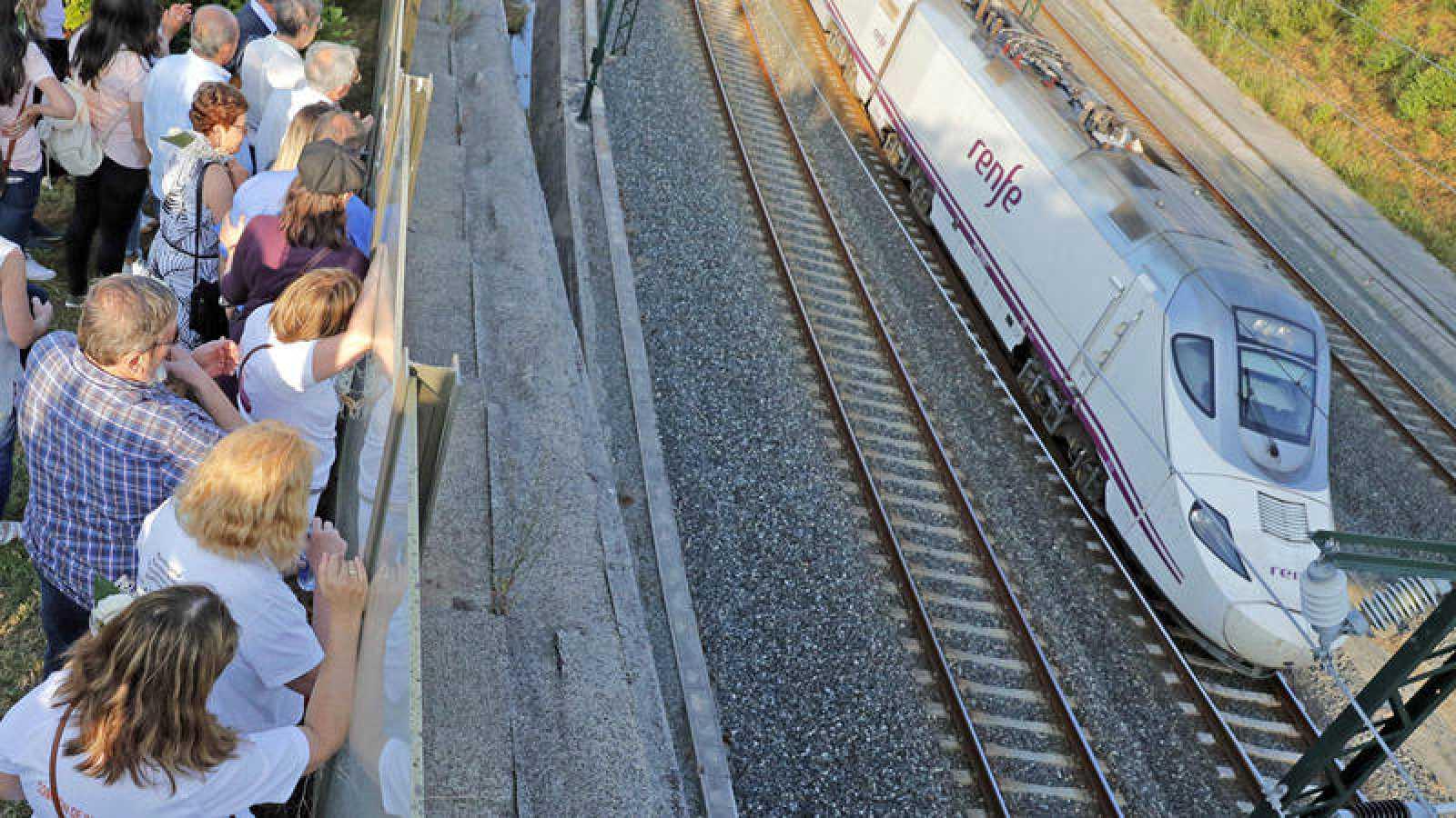 Familiares y amigos de las víctimas del accidente del Alvia, observan el paso de un tren a la misma hora del accidente de 2013, cinco años después