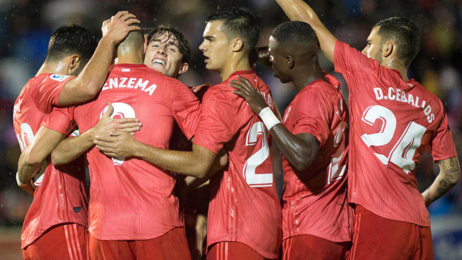 Los jugadores del Madrid celebran el gol de Benzema.