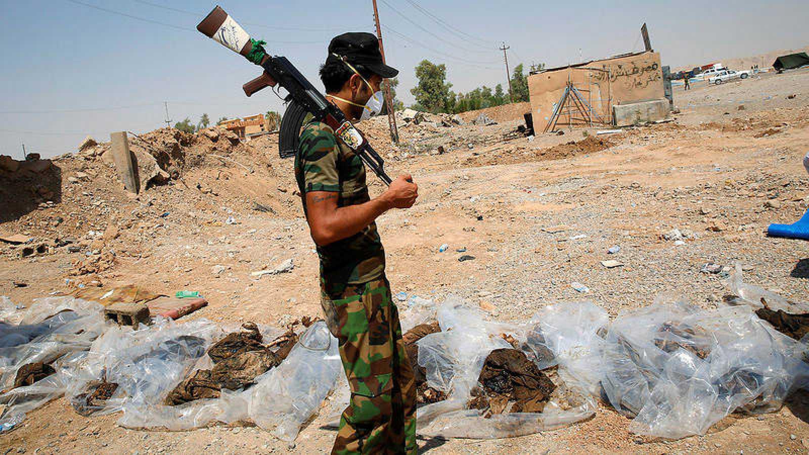 Fosa común a las afueras de la ciudad de Suleiman Pek, en Irak. REUTERS/Ahmed Jadallah
