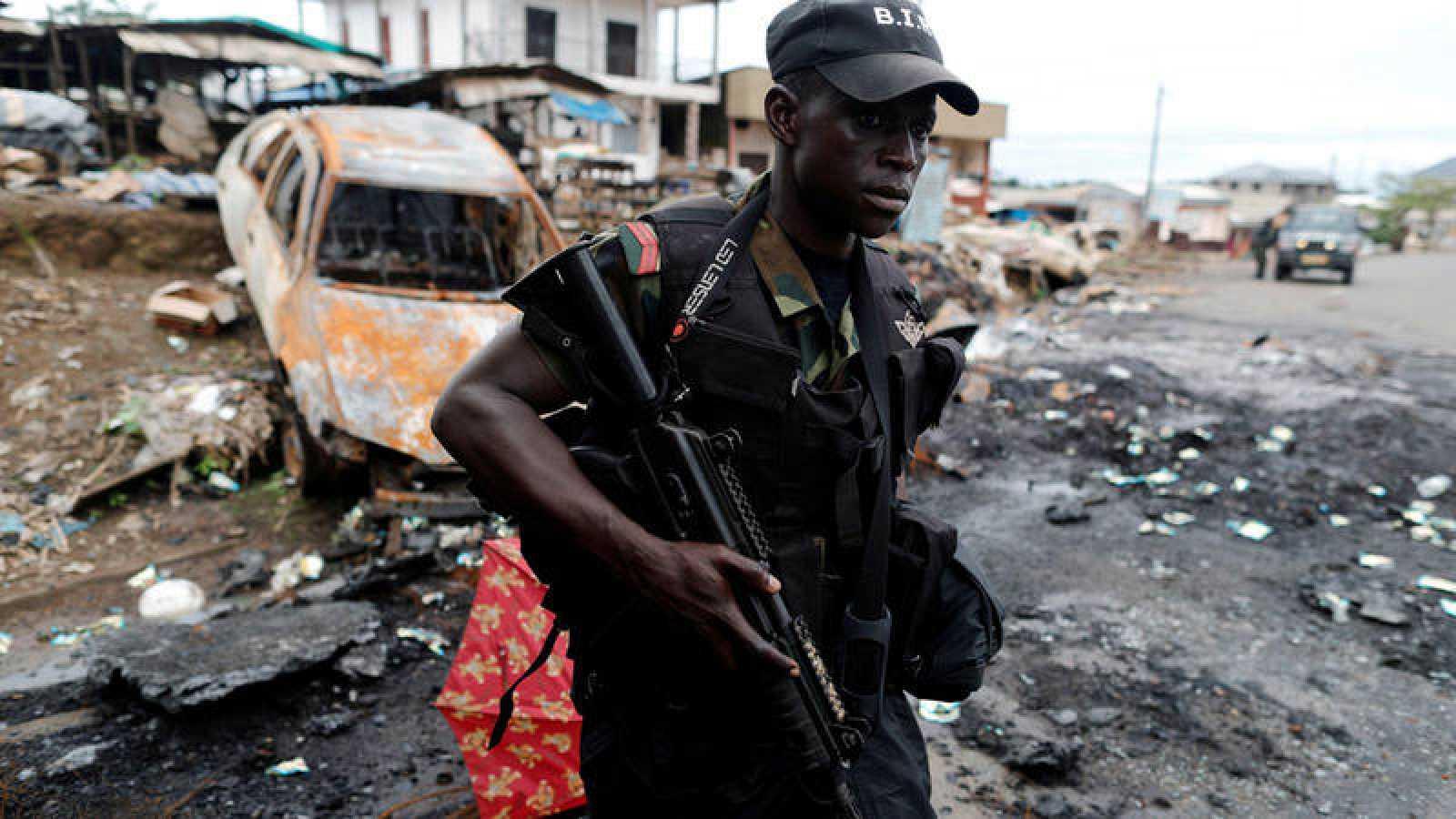 Militar del ejército de Camerún patrullando en la zona anglófona
