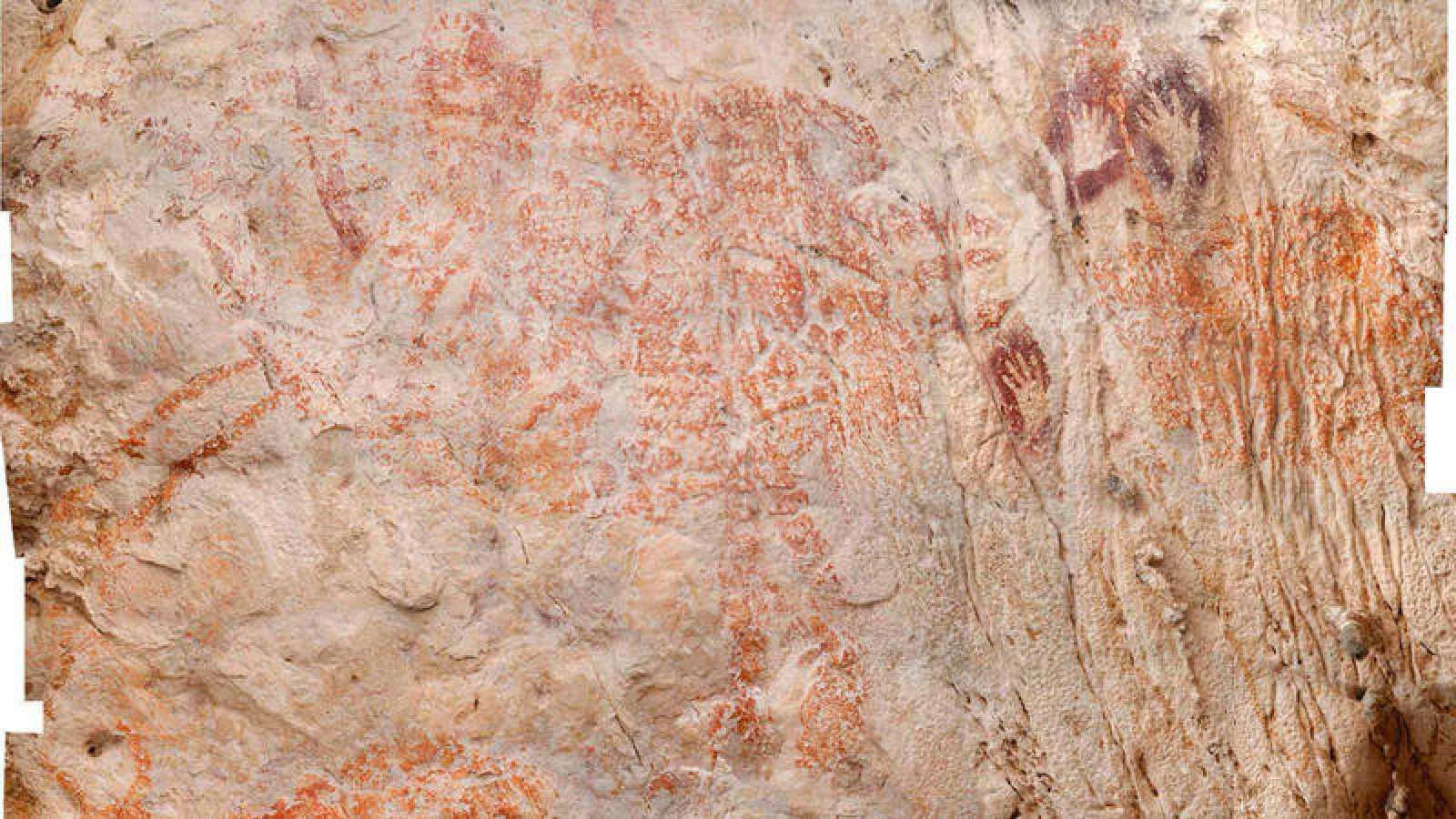 El bóvido aparece en tonos rojo anaranjados, pero los investigadores sospechan que los artistas habían usado el violeta