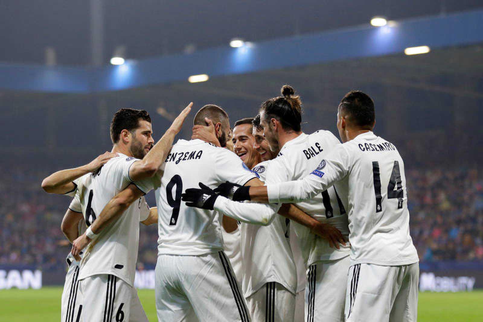 Los jugadores del Real Madrid celebran uno de los dos tantos anotados por Benzema.