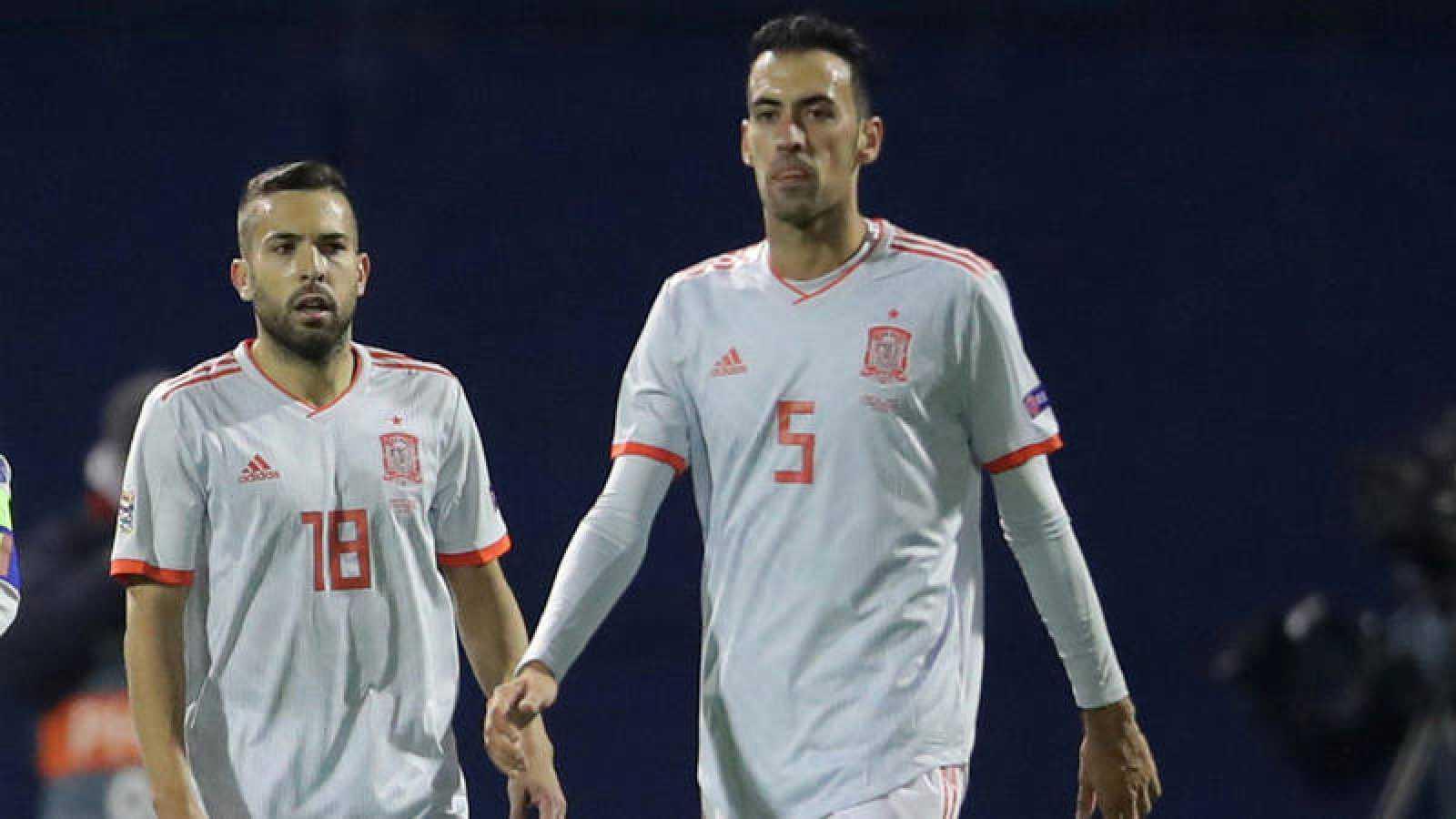 Jordi Alba y Sergio Busquets durante el partido ante Croacia.