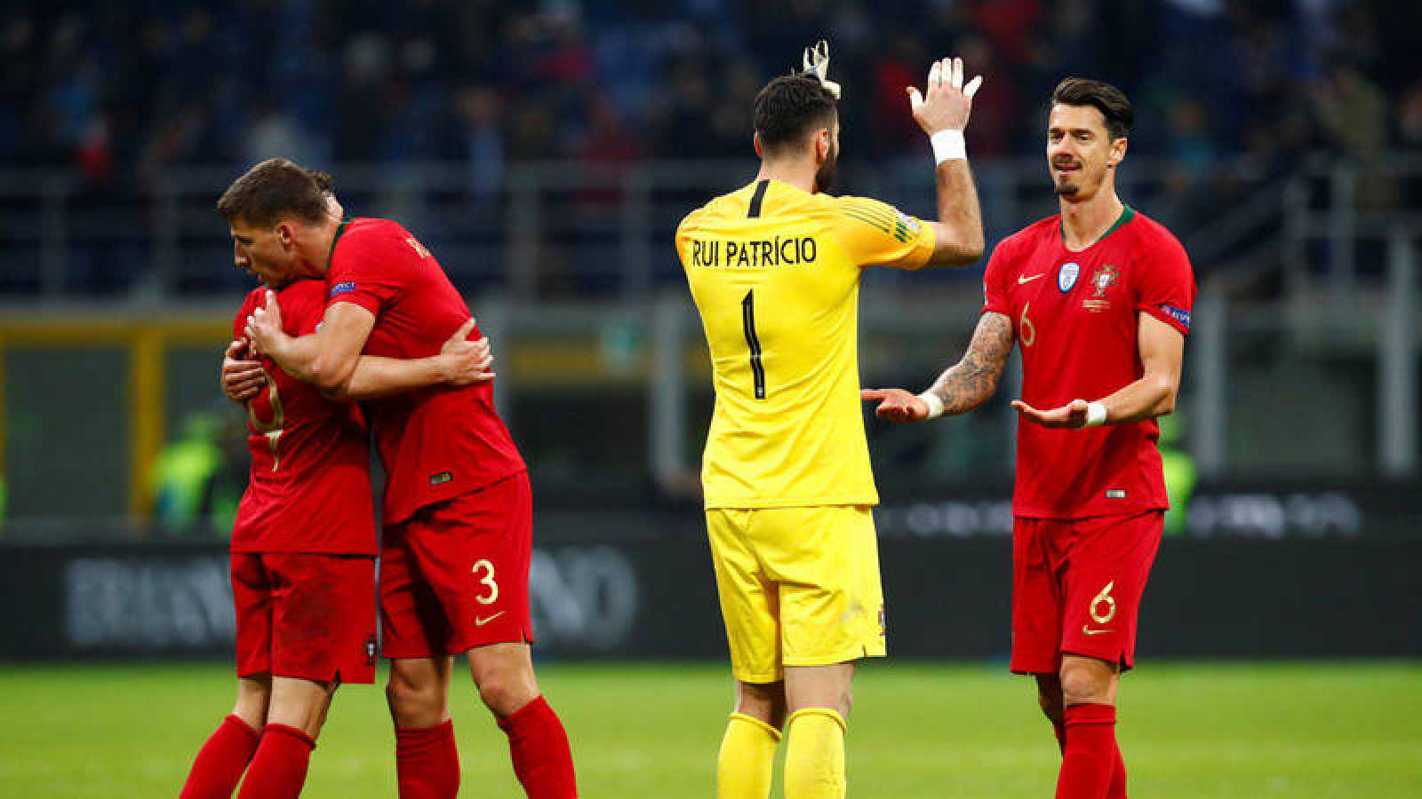 Los jugadores de Portugal celebran la clasificación al concluir el partido en San Siro