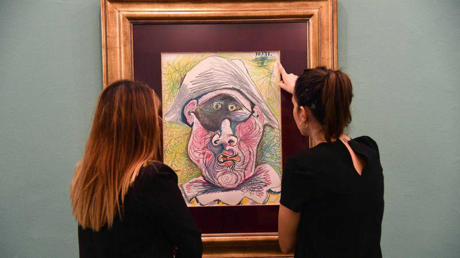 Dos personas contemplan la obra 'Cabeza de Arlequín' de Pablo Picasso