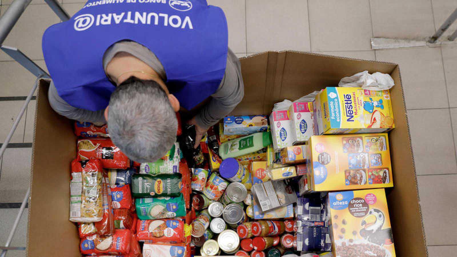 Imagen de archivo de un voluntario en la campaña de recogida del Banco de Alimentos de 2017