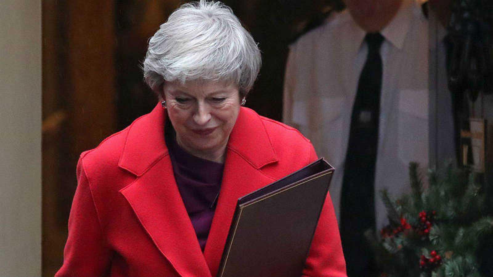 La primera ministra británica, Theresa May, saliendo del 10 de Downing Street.