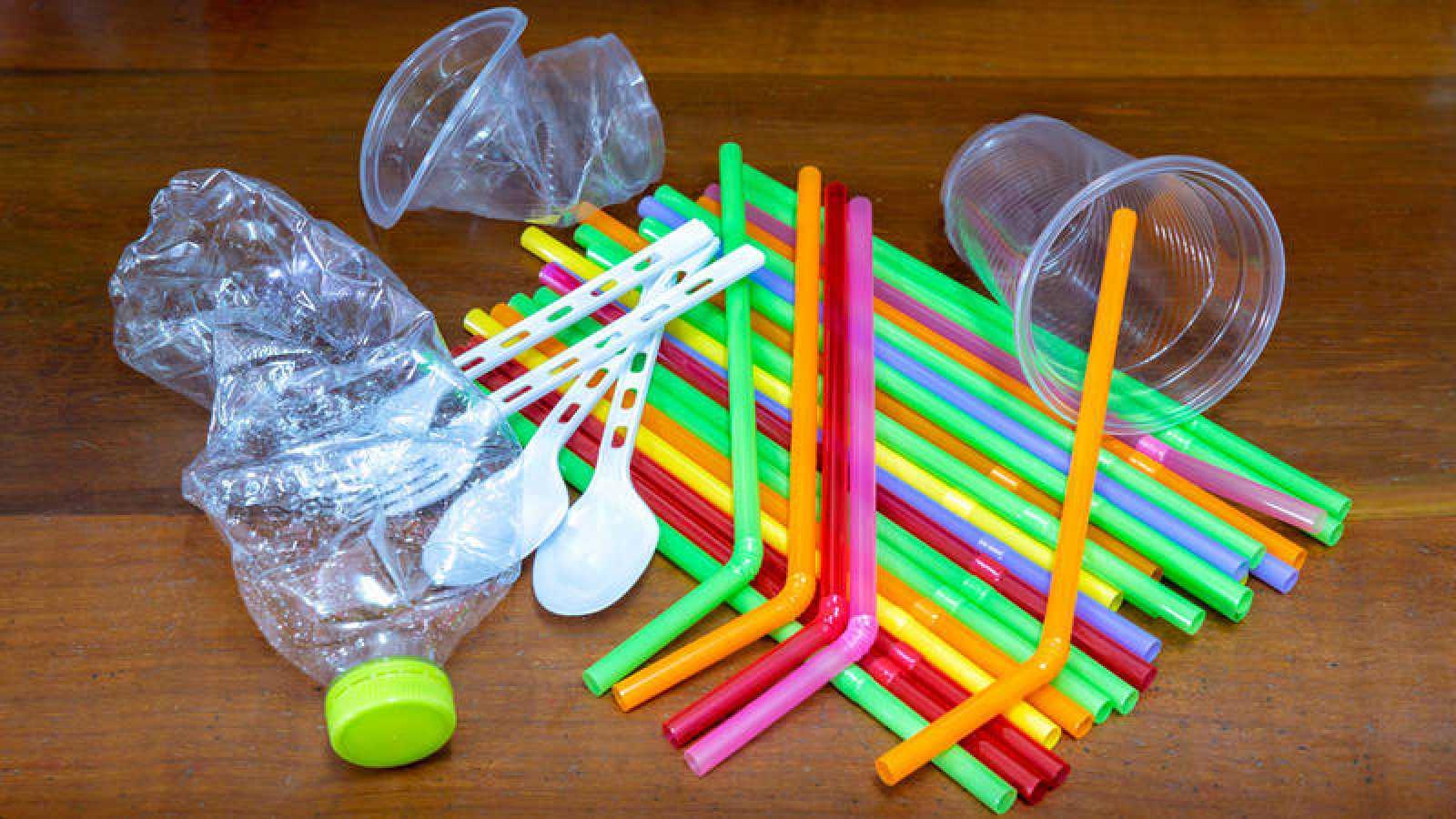 Quedará prohibido el uso de cubiertos, platos, vasos, tazas, pajitas y bastoncillos de plástico de un solo uso