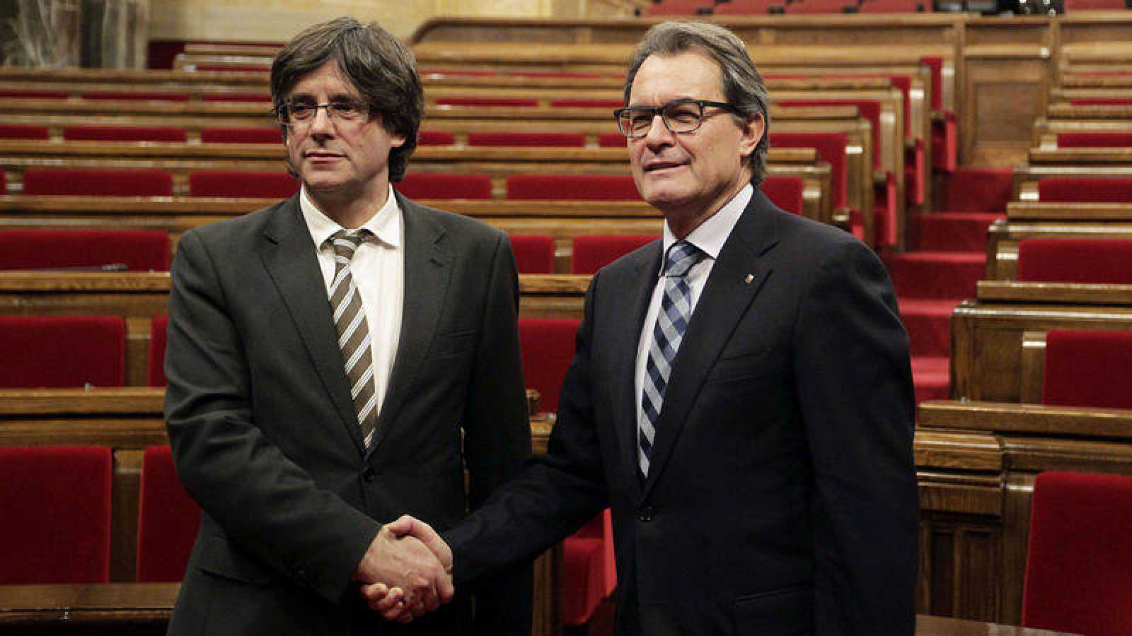 Carles Puigdemont y Artur Mas durante la investidura de Puidgemont en 2016