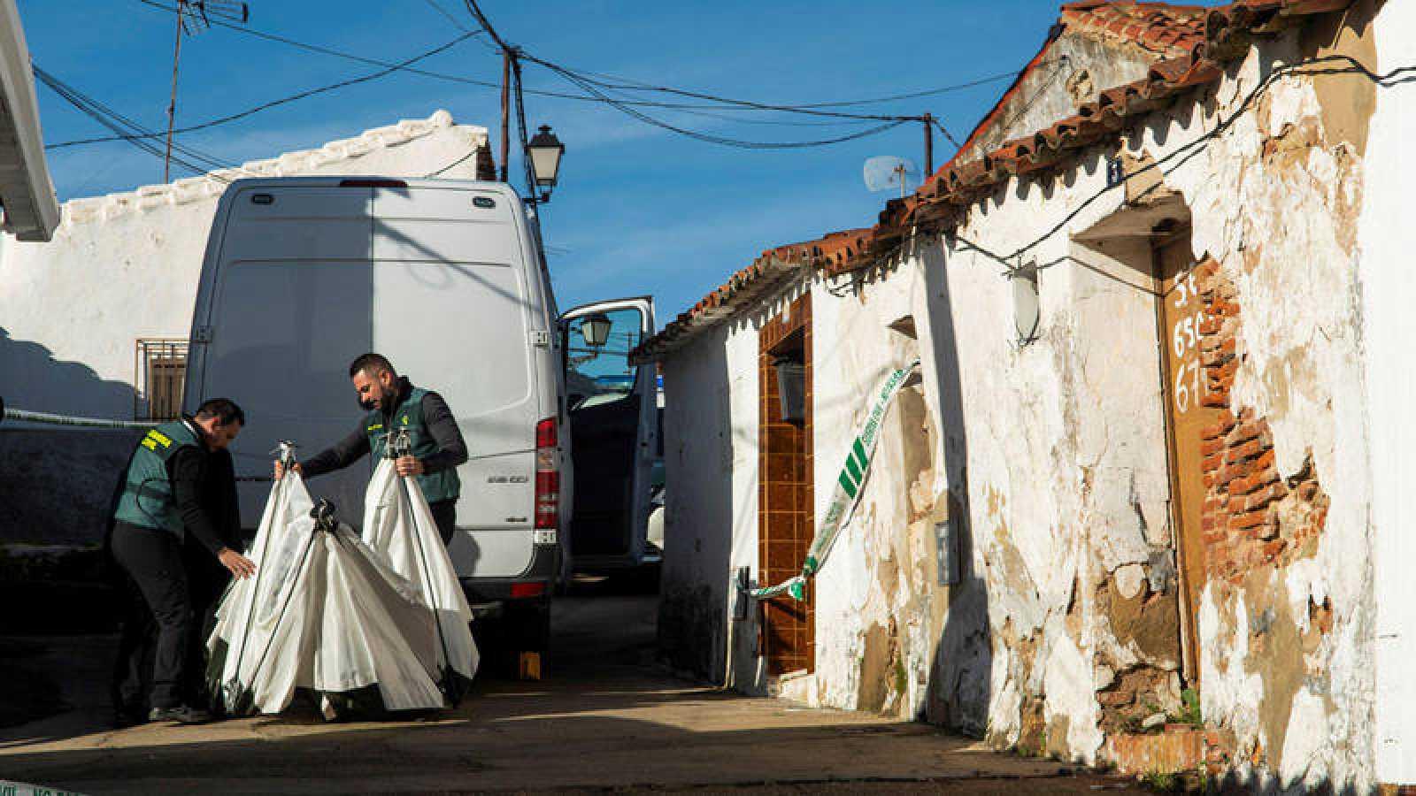 Agentes de la Guardia Civil durante el registro de la casa de Bernardo Montoya, el hombre de 50 años detenido por la muerte de Laura Luelmo