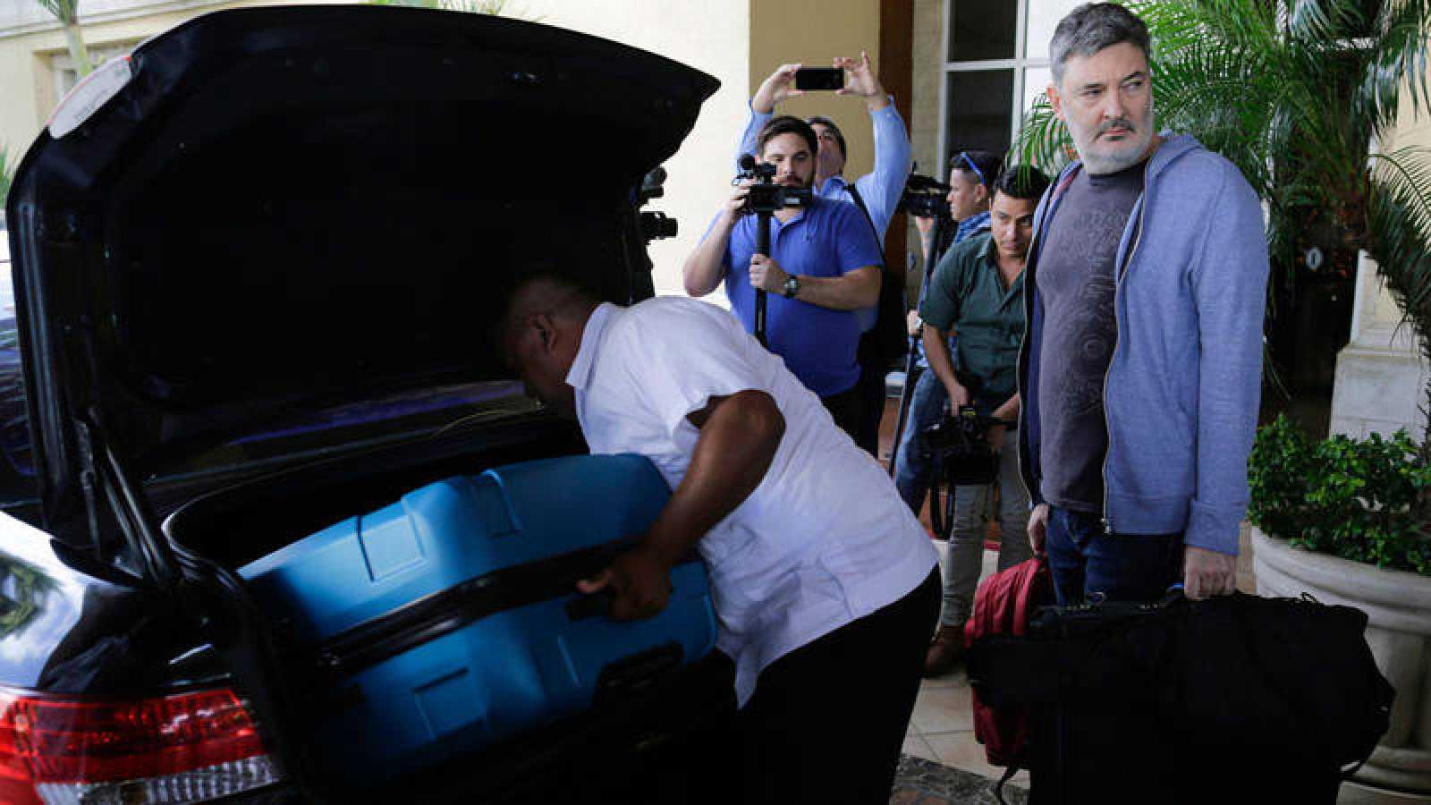 Pablo Parenti, miembro del GIEI, deja su hotel después de que el gobierno nicaragüense expulsara del país el seguimiento especial de la Comisión Interamericana de Derechos Humanos (CIDH).