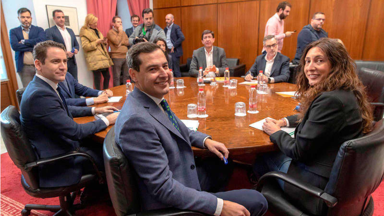 Imagen de archivo de los equipos negociadores de Partido Popular y Ciudadanos.