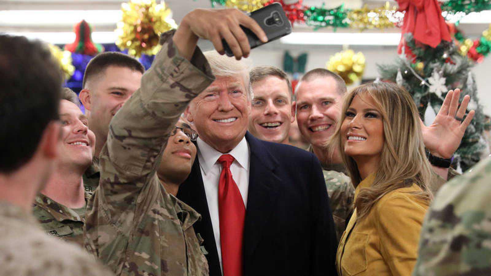Trump y Melania visitan por sorpresa a las tropas estadounidenses en Irak