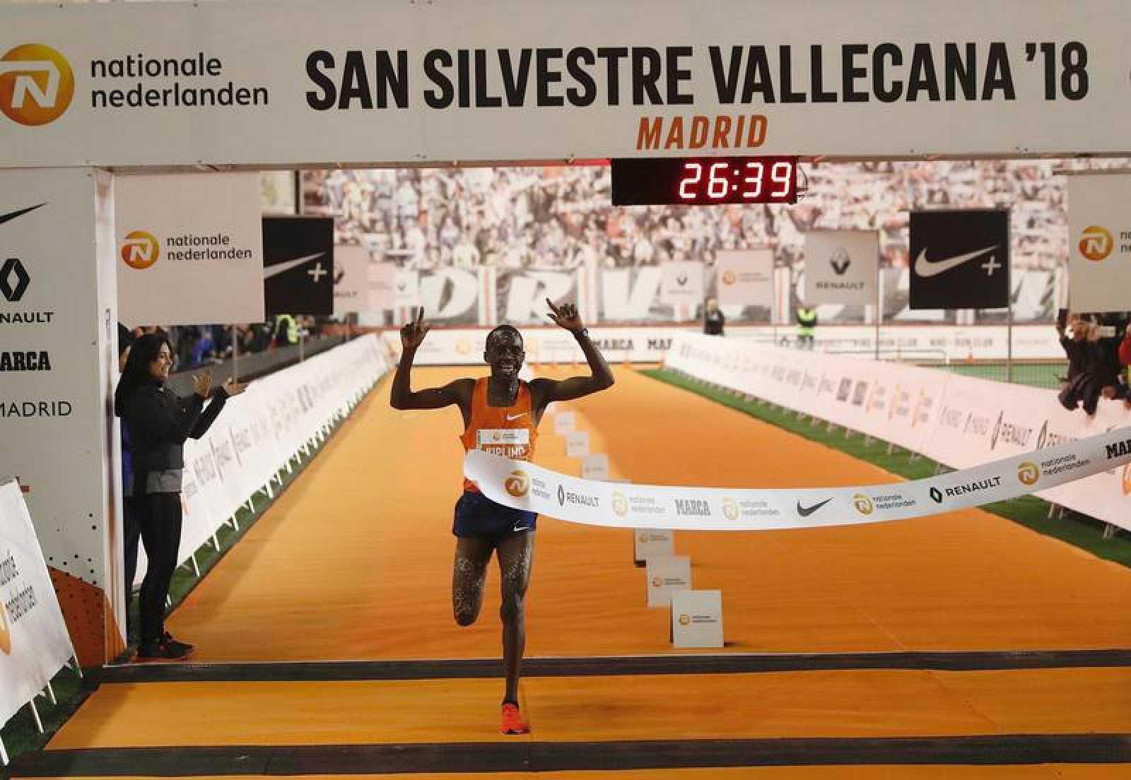 El ugandés Jacob Kiplimo entra vencedor en la San Silvestre Vallecana, la emblemática carrera de 10.000 metros del final de año en Madrid.