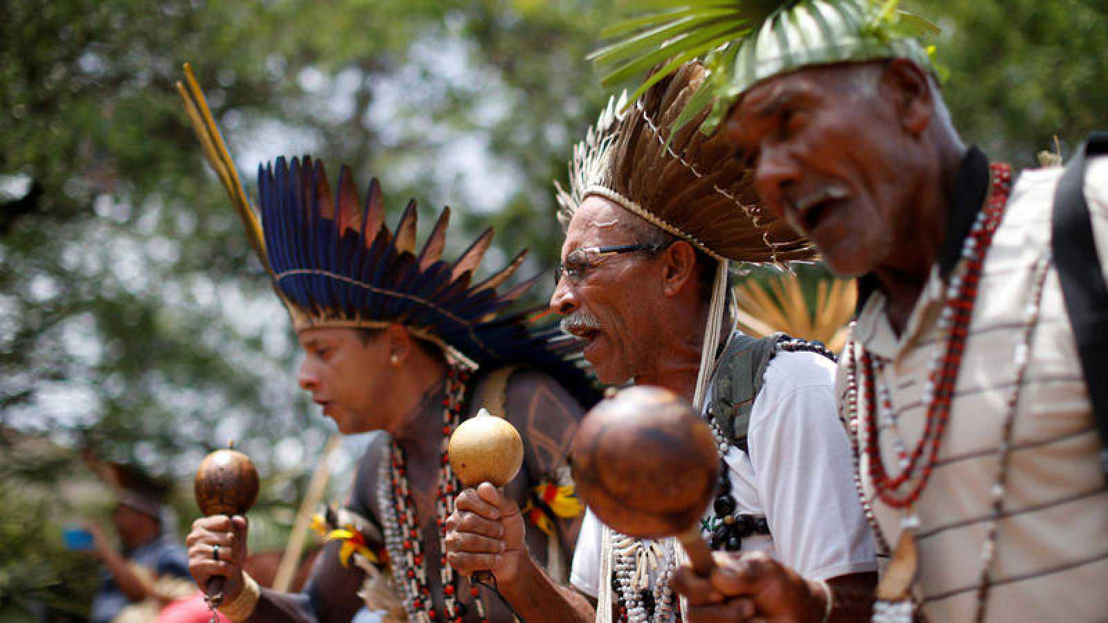 Líderes indígenas, ataviados con sus indumentarias tradicionales, danzan en Brasilia.