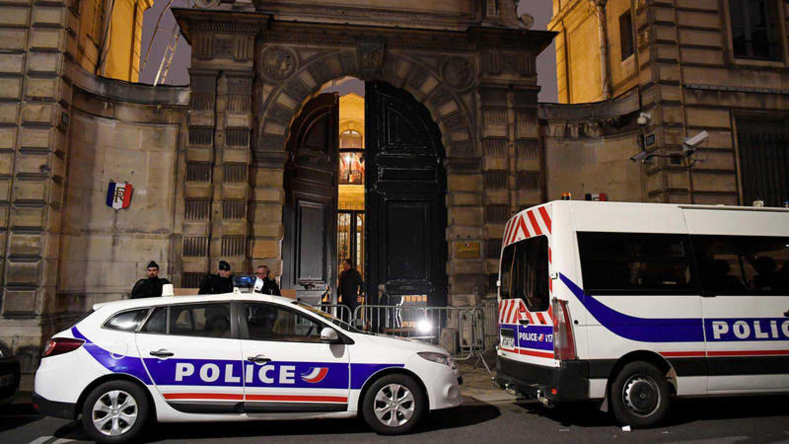 Dos vehículos de la policía frente al edificio del Ministerio de Relaciones con el Parlamento