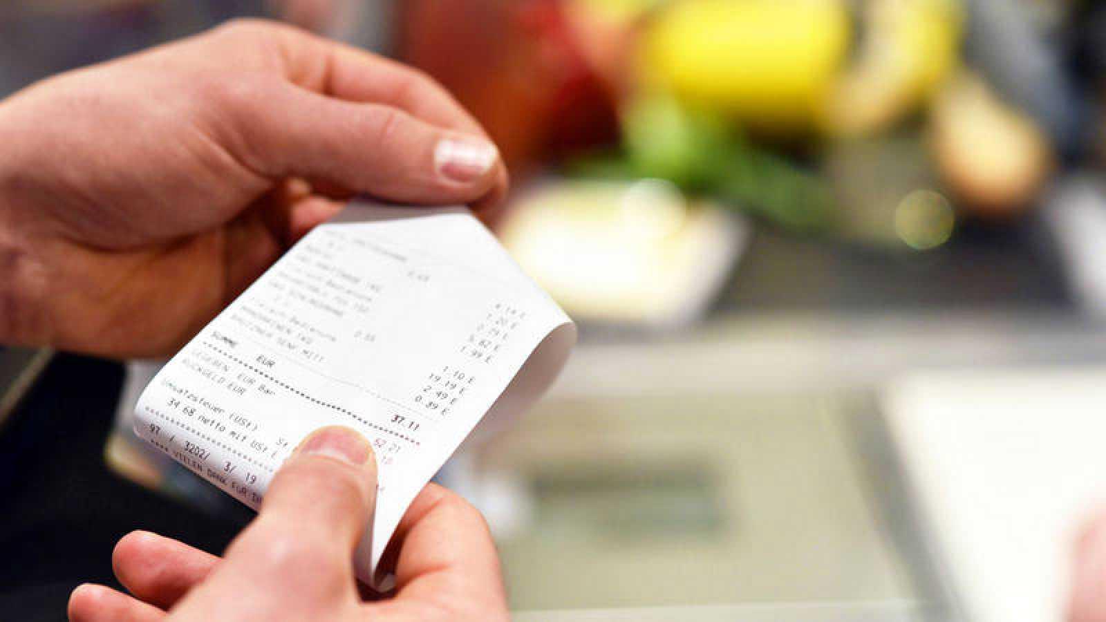 Los responsables del estudio científico recomiendan la mínima manipulación de los tiques de compra.