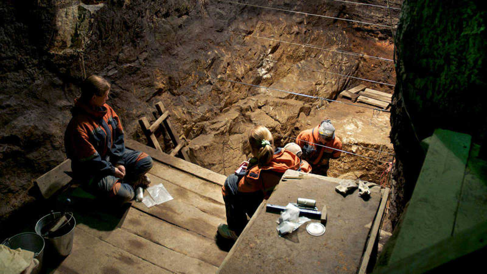 """Imagen de archivo de los trabajos de excavación en la cueva Denisova (Siberia, rusia) donde se encontró en 2008 la última especie de homínidos descubierta hasta ahora, bautizada como """"denisovanos""""."""