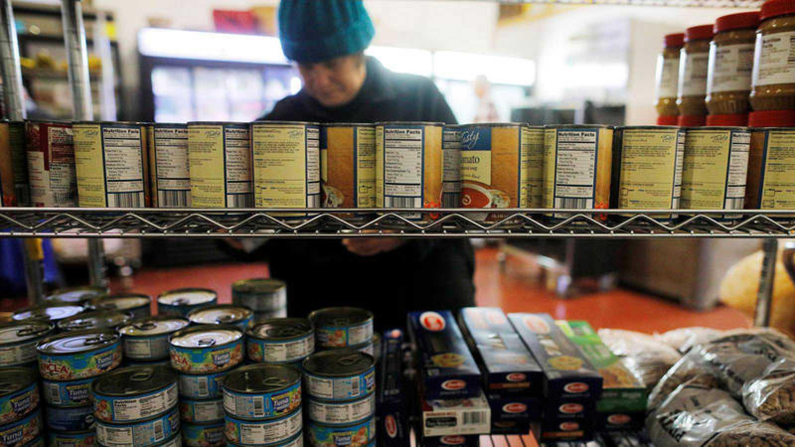 Los voluntarios almacenan productos en las estanterías para atender a los trabajadores federales sin sueldo en Portsmouth, New Hampshire, EE. UU., 18 de enero de 2019.