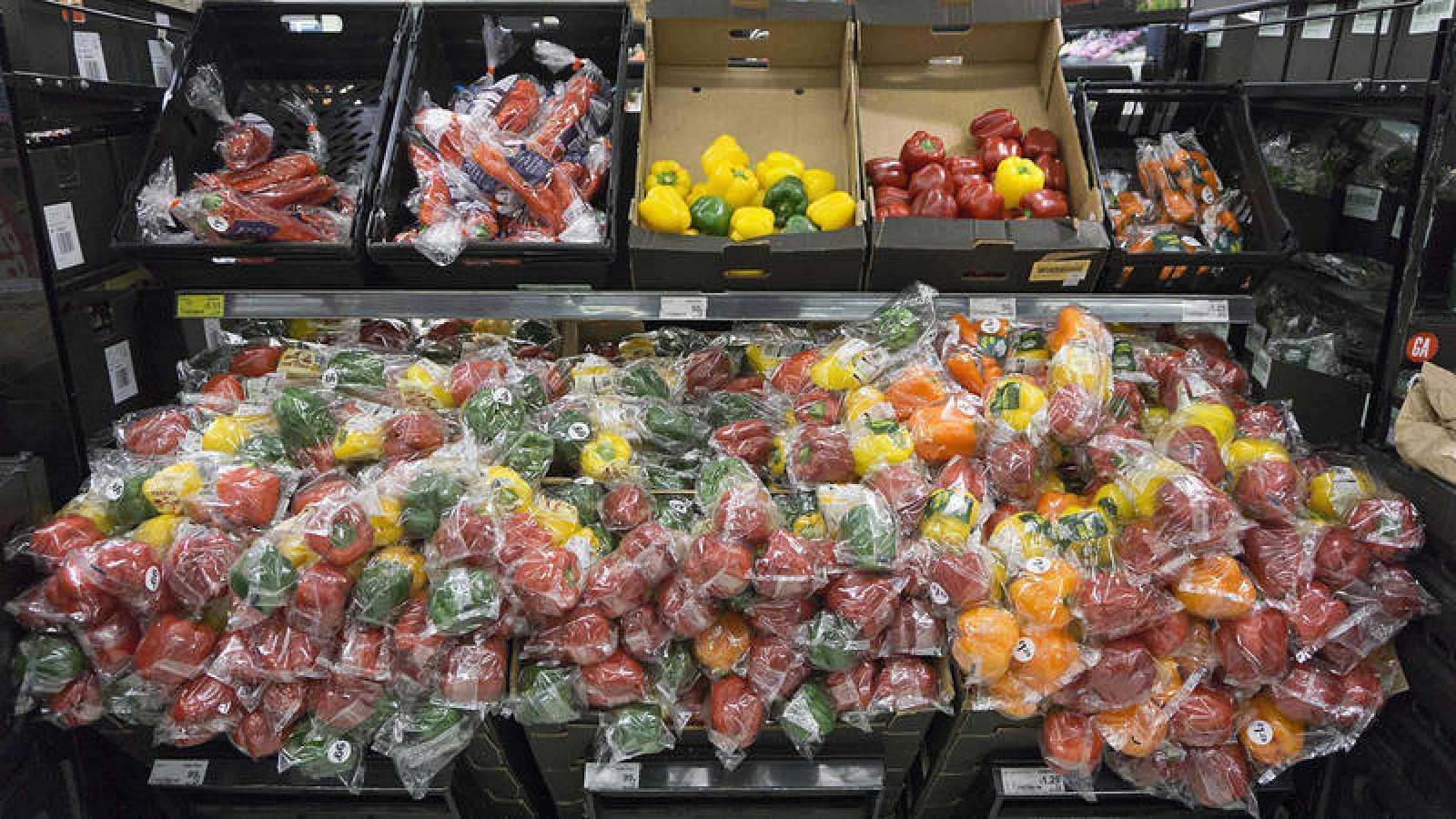 Pimientos envueltos en plástico en un mercado en Londres. Justin TALLIS / AFP