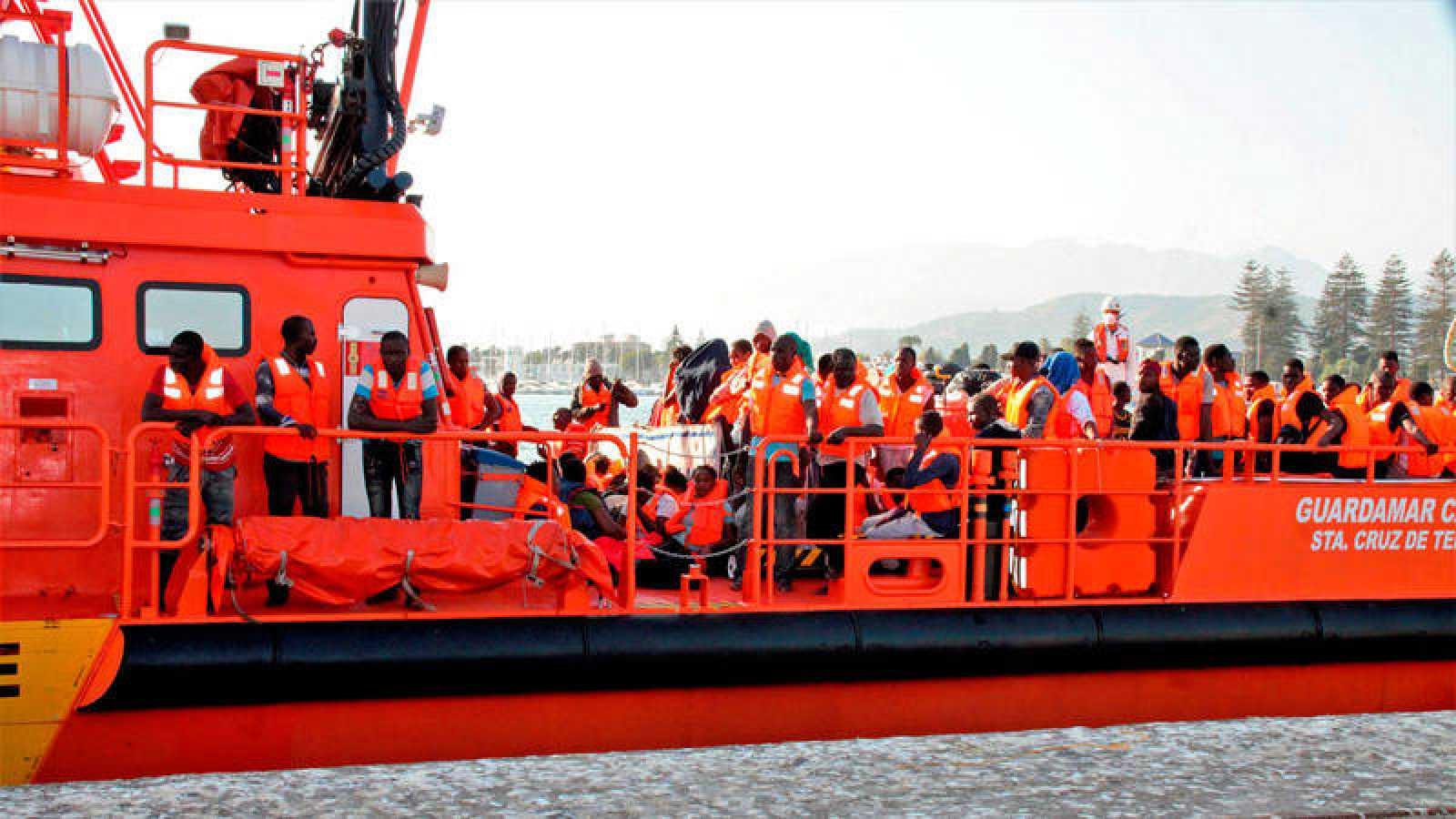 El barco Guardamar Caliope atraca en el Puerto de Motril (Granada) con los 241 inmigrantes, de ellos 50 mujeres y 10 menores, rescatados por Salvamento Marítimo cuando navegaban en 5 pateras en las cercanías de la isla de Alborán el 3 de septiembre