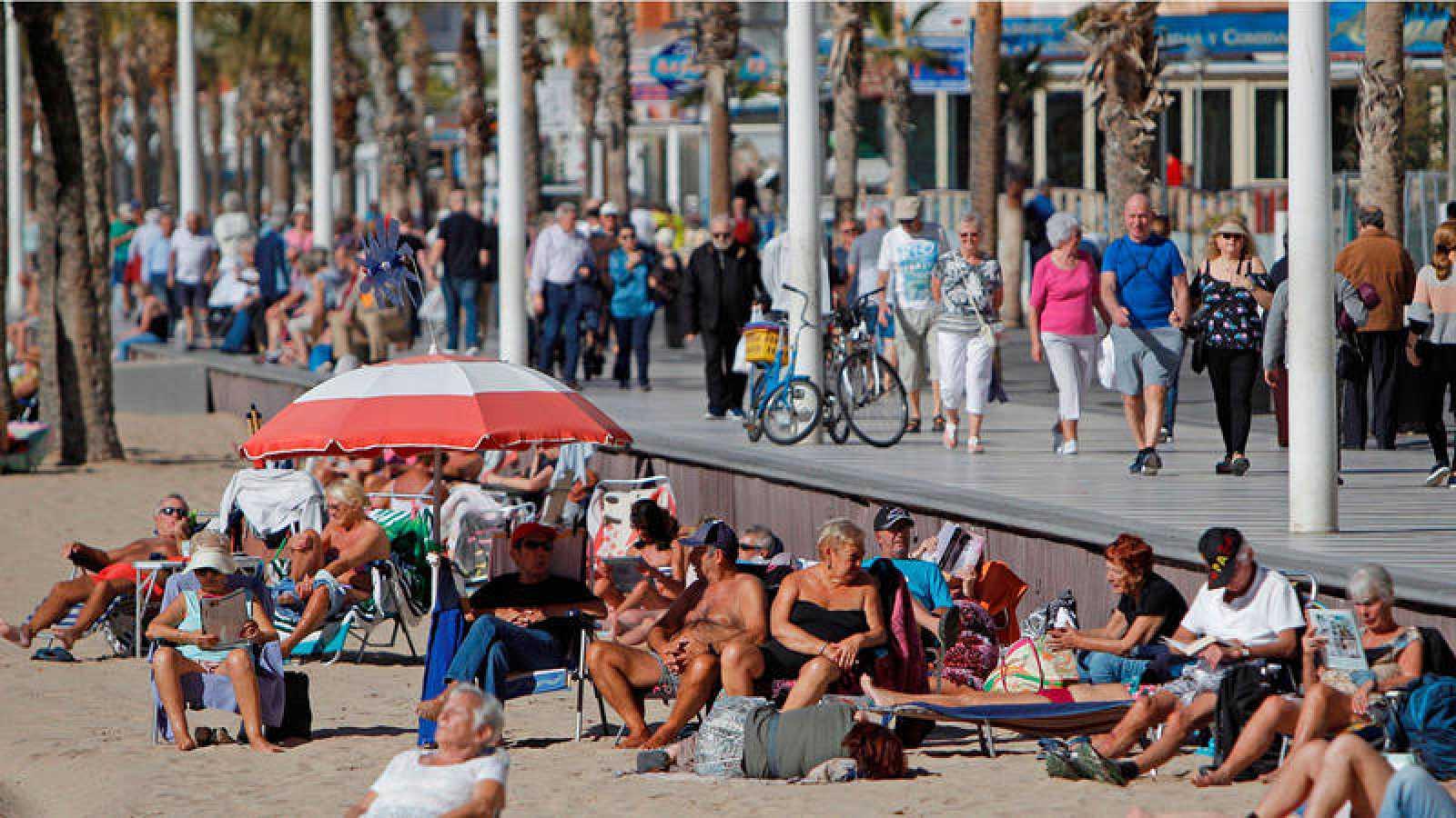 Turistas disfrutando del sol y de la playa de Benidorm