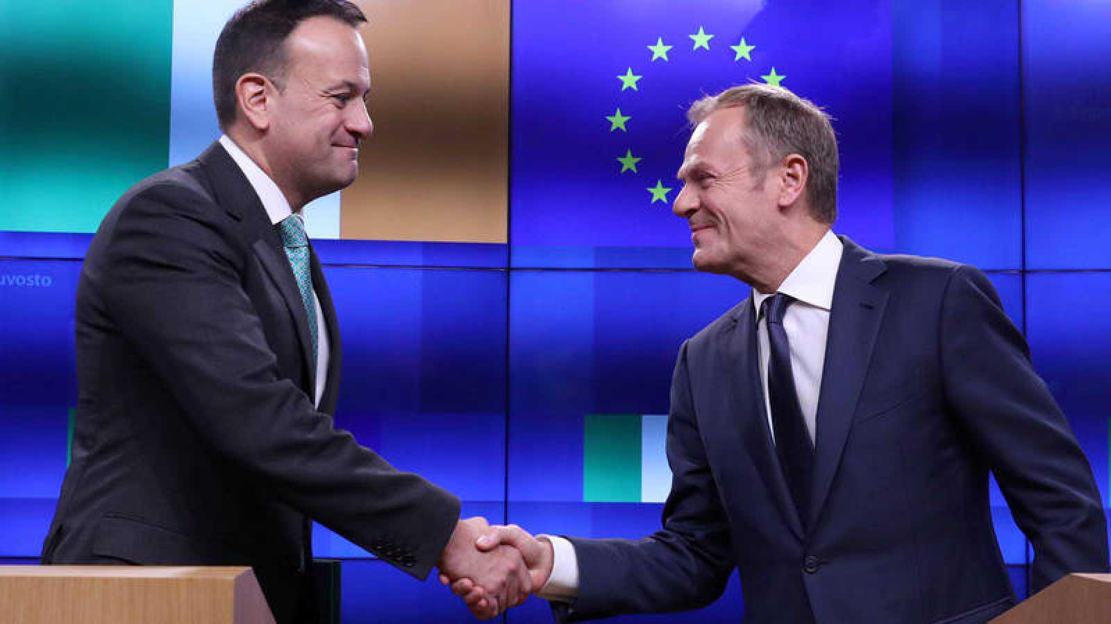 El presidente del Consejo de la UE, Donald Tusk, y el primer ministro irlandés, Leo Varadkar, se dan la mano en la sede del Consejo Europeo, en Bruselas, Bélgica.